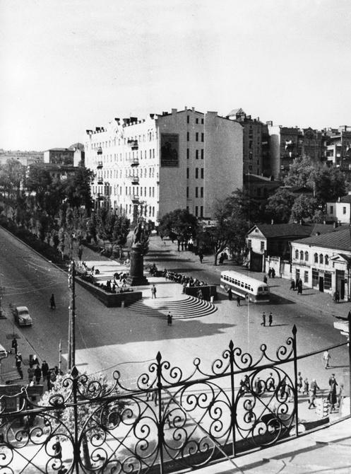 1948.10. Памятник Ленину на бульваре Шевченко. Фото: Барабанова Б.О.