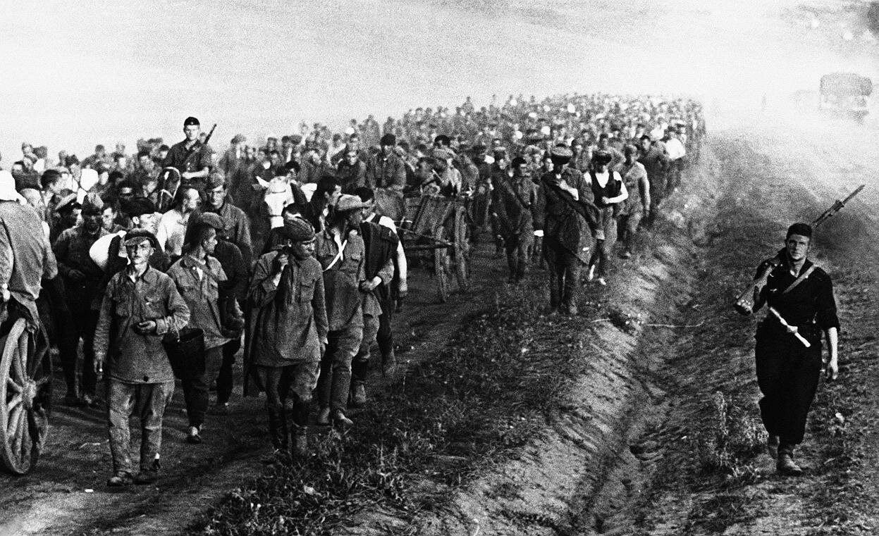 An column of Russian prisoners of war taken during recent fighting in Ukraine, on their way to a Nazi prison camp on September 3, 1941. Пленные.