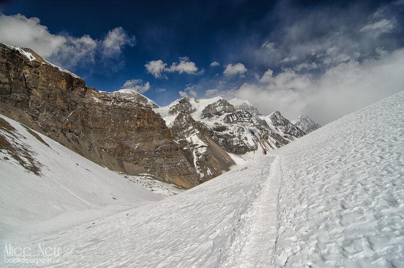Тропа с перевала thorung-la к High Camp, гималаи, горы