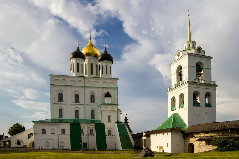 Троицкий собор и колокольня на территории Псковского кремля