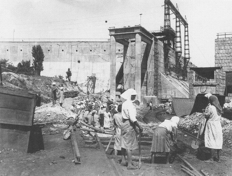 Женщины на восстановлении Днепрогэса. Запорожье, 1947