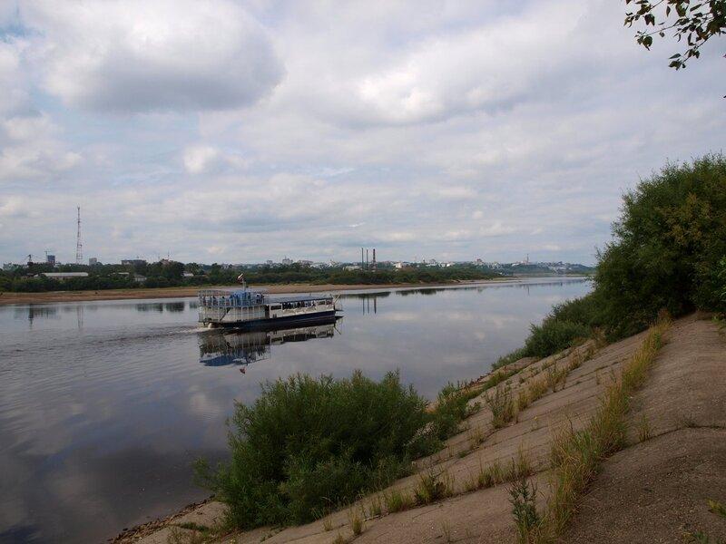 Бетонная набережная и прогулочное судно