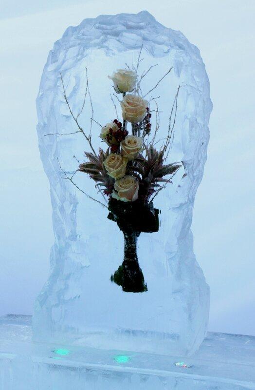 Розы в ледяной глыбе