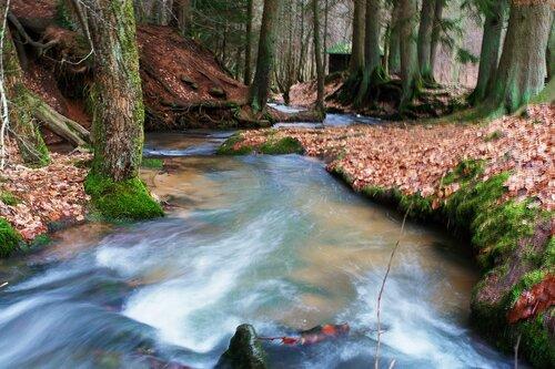 течет ручей, бежит ручей