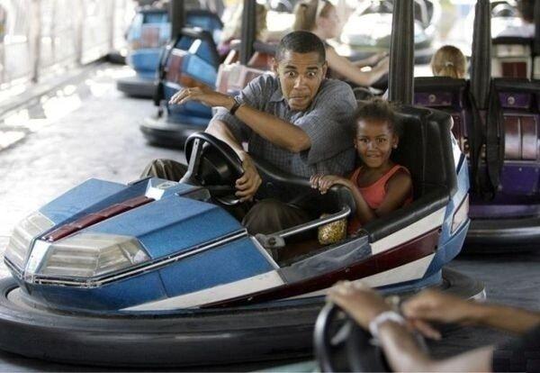 Барак Обама показывает дочке, как правильно нужно угонять тачки у белых =)
