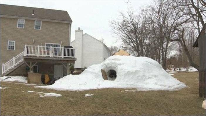Огромная снежная хижина