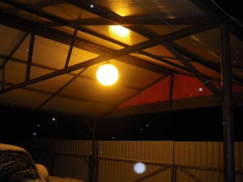 Фото 2. Подвес-шар за счёт матового стекла даёт мягкий рассеянный свет.