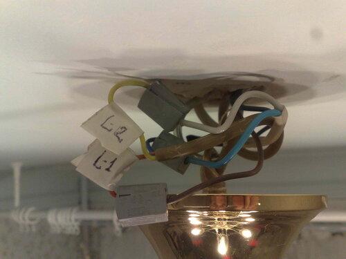 Фото 7. Во избежание проблем, связанных с вынужденным несоблюдением цветовой маркировки центральных проводов люстры, сделаны метки с надписями « L1» и «L2» из отрезков белой изоленты.