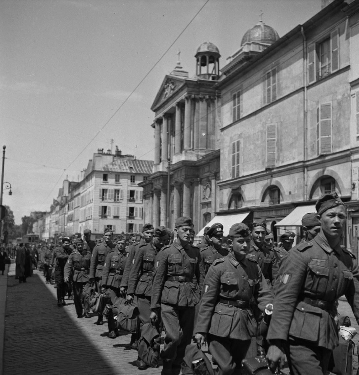 32. Легионеры проходят колонной к вокзалу по городским улицам