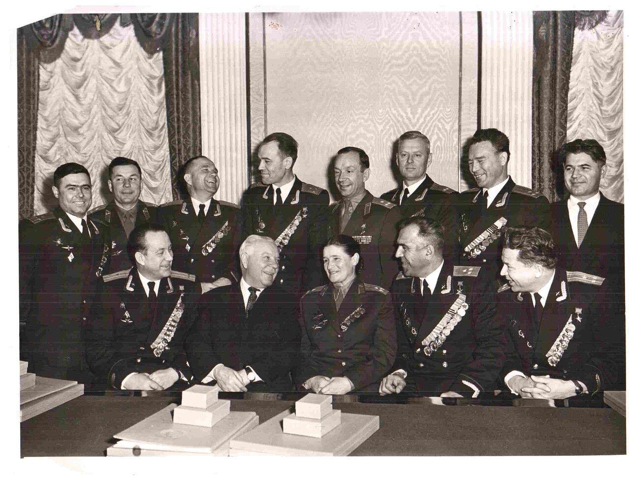 Ворошилов и заслуженные летчики 1959 г.