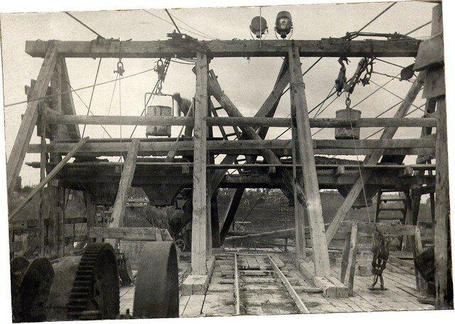 Разгрузка бадей с бетоном в конечном пункте кабель-крана. Апрель 1935г.