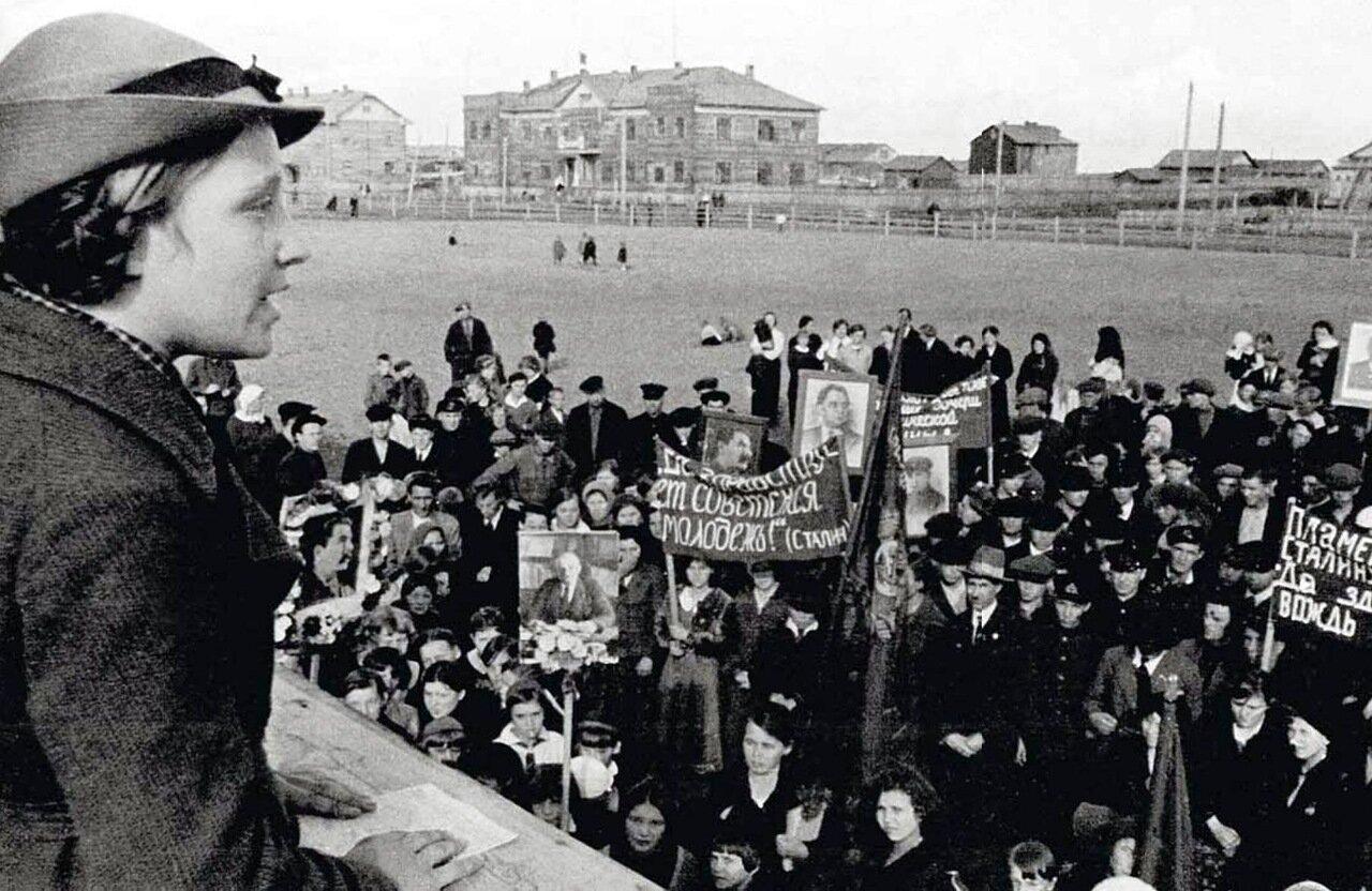 1938. Митинг в Нарьян-Маре по случаю XXIV Международного юношеского дня. Ненецкий округ