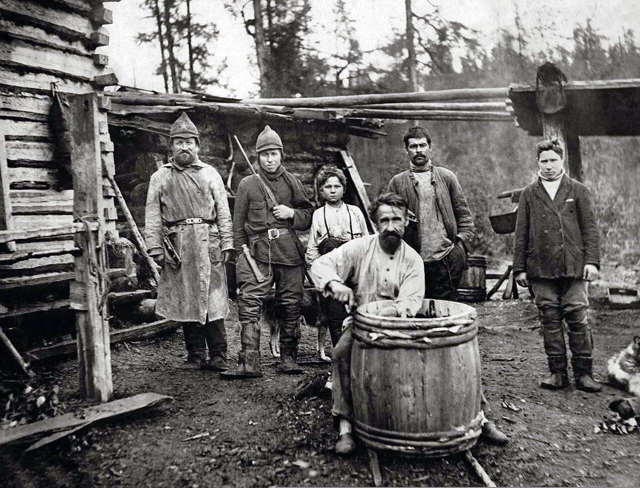 1934. Охотники коми на Андроновских озерах. Средняя Печора