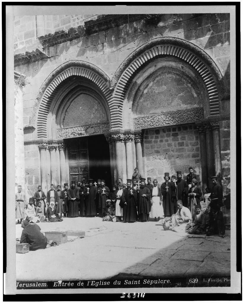 Священнослужители у входа в храм. Между 1880 - 1900 годами