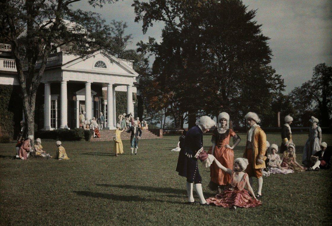 1928. США. Большая группа актеров, отдыхающих и беседующих на лужайке в Монтичелло, Вирджинии