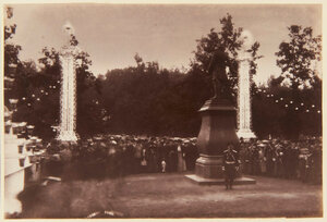 08. Публика собралась вокруг статуи Петра I в саду