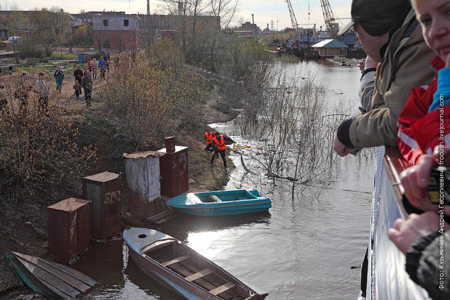Многим туристам теплохода «Василий Чапаев» было интересно, раздавим мы во время швартовых операций лодки или нет Лодки остались целы