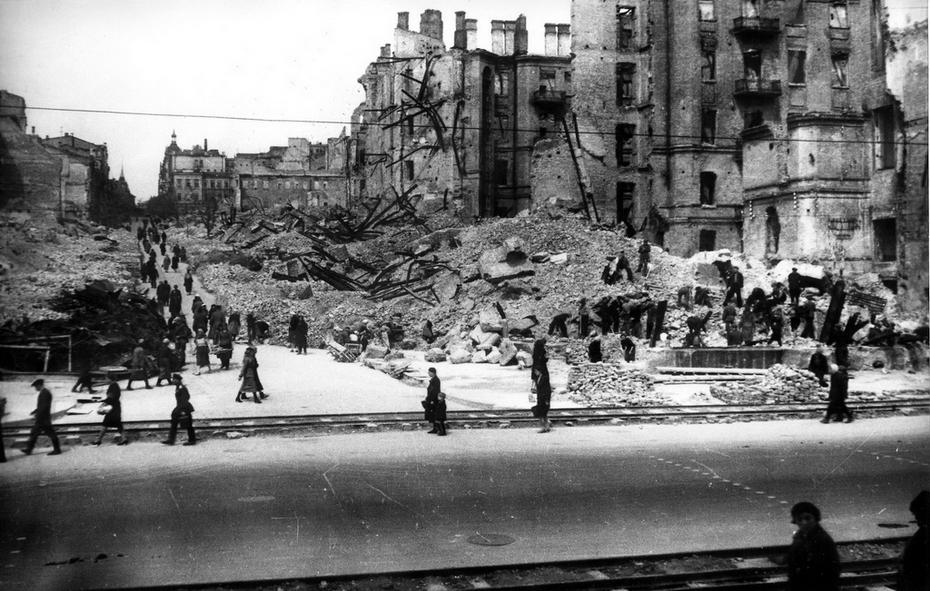 """1944. Полностью разрушенный квартал улицы Свердлова (сейчас улица Прорезная). Именно здесь на углу Хрещатика и Прорезной, 24 сентября 1941 года произошли первые взрывы - взорвалось здание гостиницы """"Спартак"""", в коротом была размещена немецкая комендатура, и здание магазина """"Детский мир"""""""