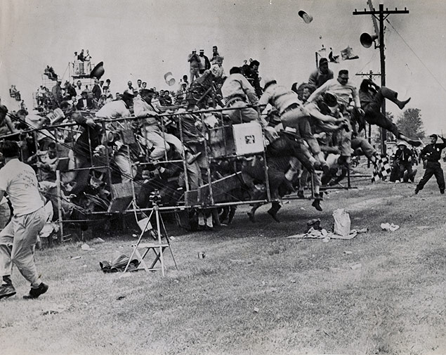 A 30-foot aluminum tower full of fans collapses to the ground before the start of the Indianapolis.jpg