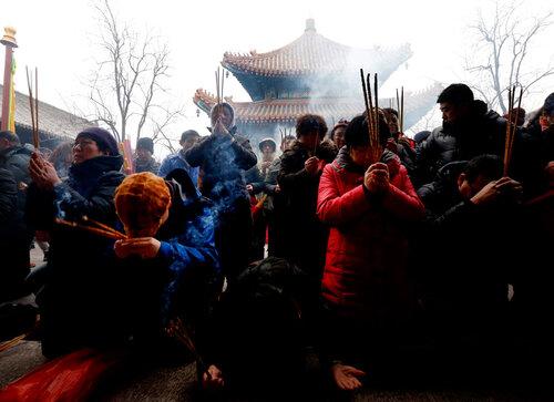 В Китае встретили год Змеи праздничным шествием