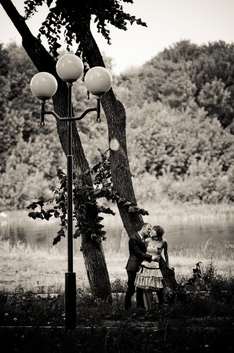 Молодые в парке, свадебное фото