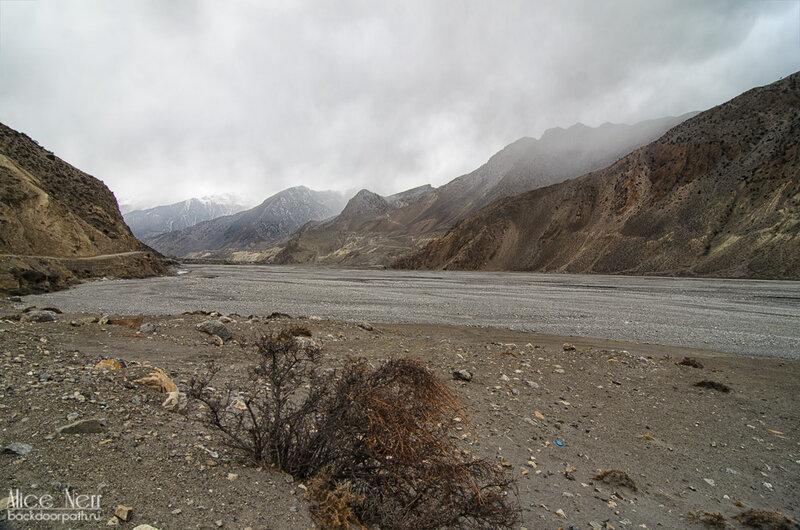 дорога в Джомсом под серым дождливым небом, Гималаи, Непал