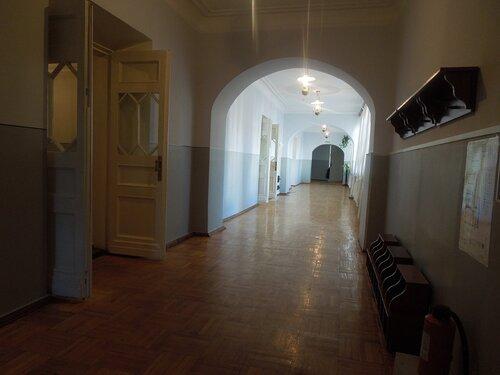 Коридор и классные комнаты.