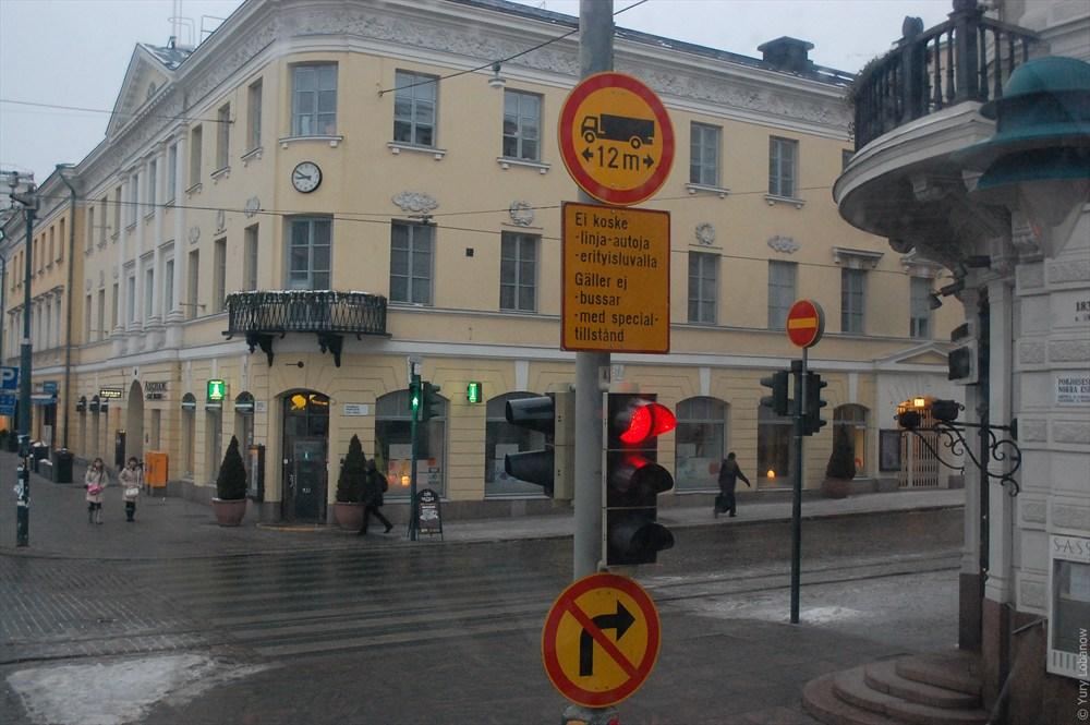 Хельсинки Знак «кирпич» дублирован знаком «поворот направо запрещено».