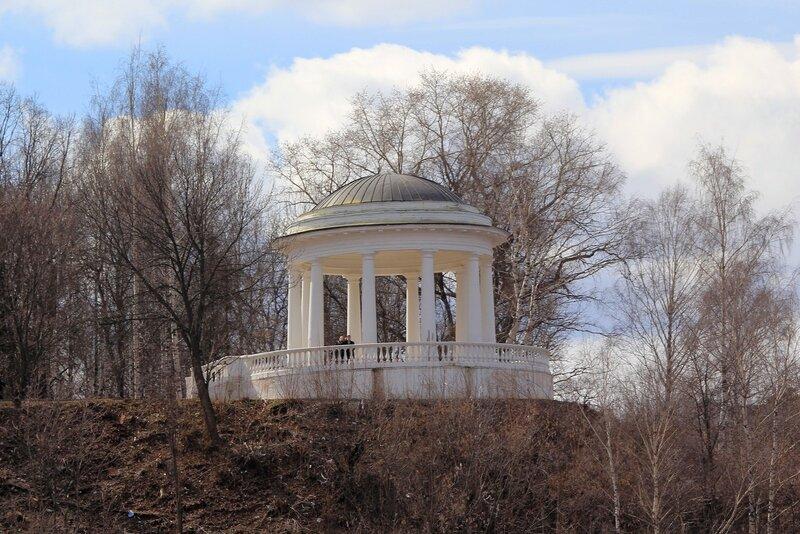 Ротонда в Александровском саду. вид с реки