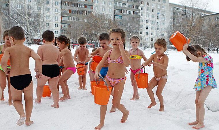 В Барнауле детей выгоняют на улицу и заставляют надевать оранжевые ведра на голову