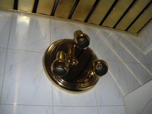 Фото 3. Второй светильник, состоящий из трёх спотов, объединённых общим основанием, установлен в непосредственной близости от душевой кабины (явное нарушение разумных требований ПУЭ).
