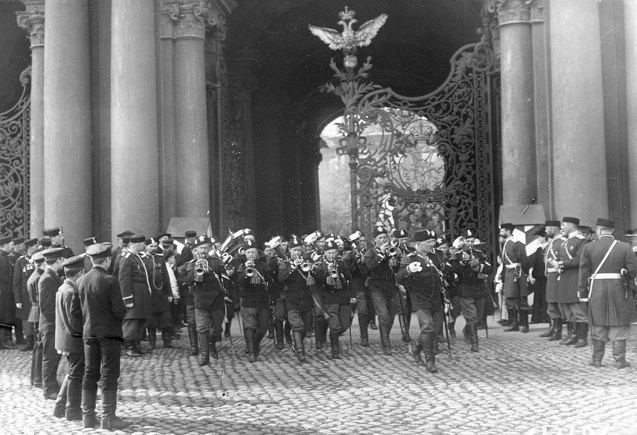 Выход оркестра лейб-гвардии Семеновского полка из Зимнего дворца на Дворцовую площадь во время приема императором Николаем II членов Первой Государственной думы