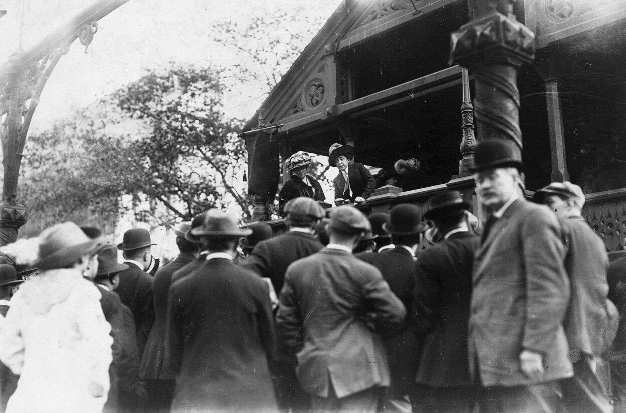 Миссис Э.Р. Смит выступает перед небольшой толпой на специальной площадке на Юнион-сквер, в т.н.о,«школе для суфражисток»
