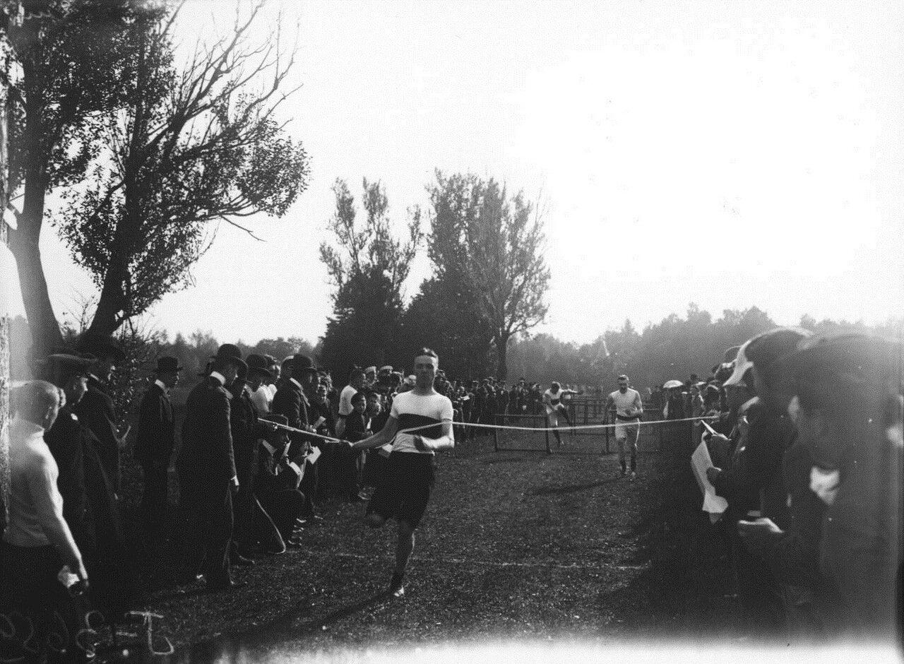 Кружок любителей спорта. Бег с барьерами. Финиширует Павел Иванович Лидваль.1909.