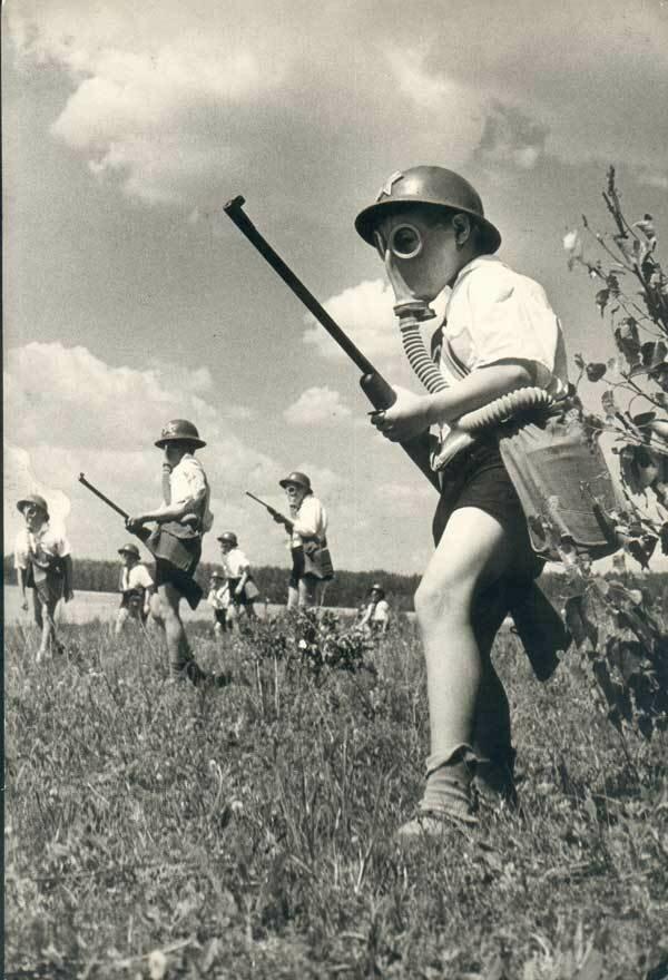 Пионеры на учениях по гражданской обороне