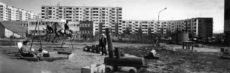 1989 год. Братск. Детская площадка во дворе многоквартирного дома
