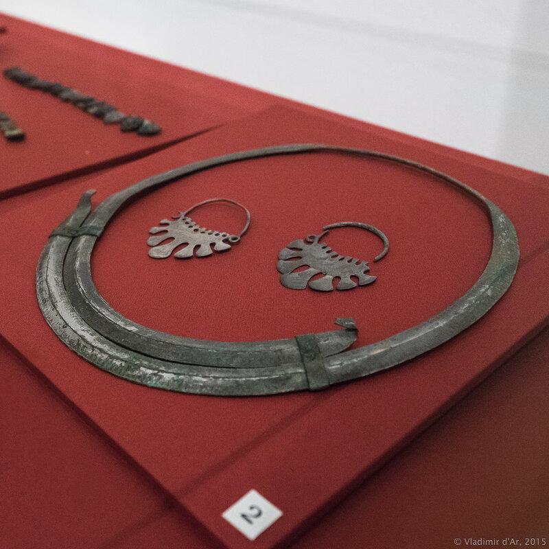 Женские украшения (гривна шейная, кольца височные семилопастные).