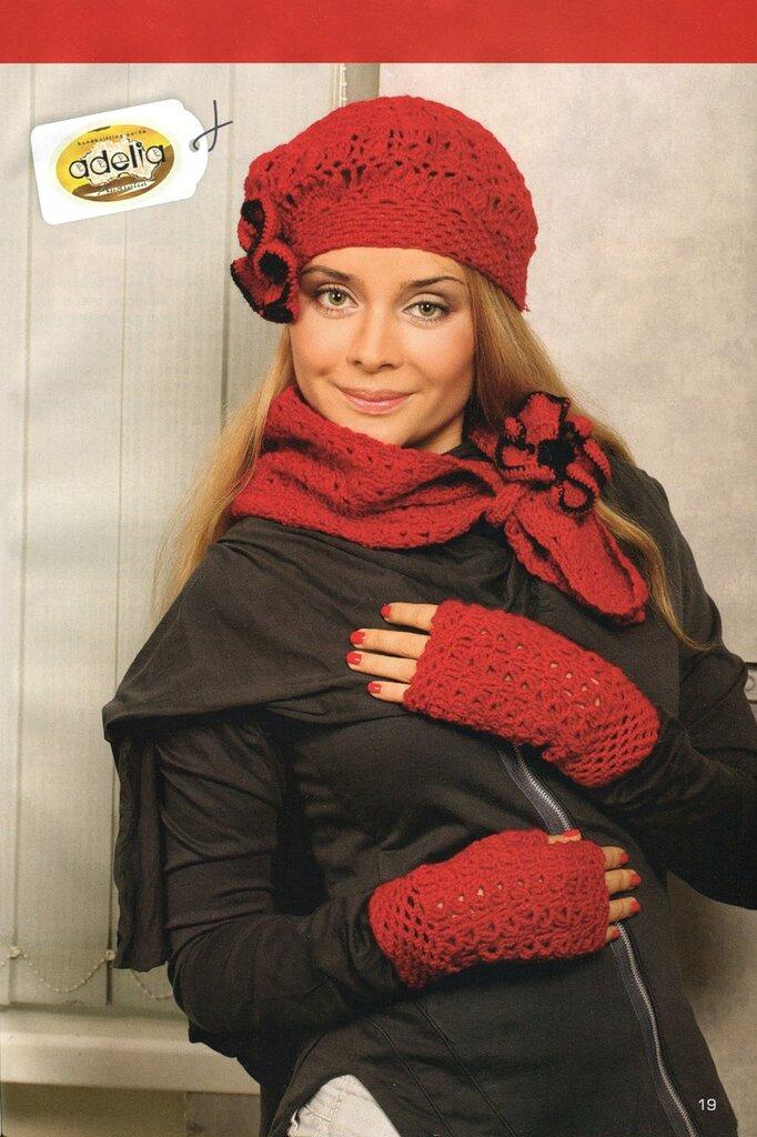 Вязанию шарфа уделяется