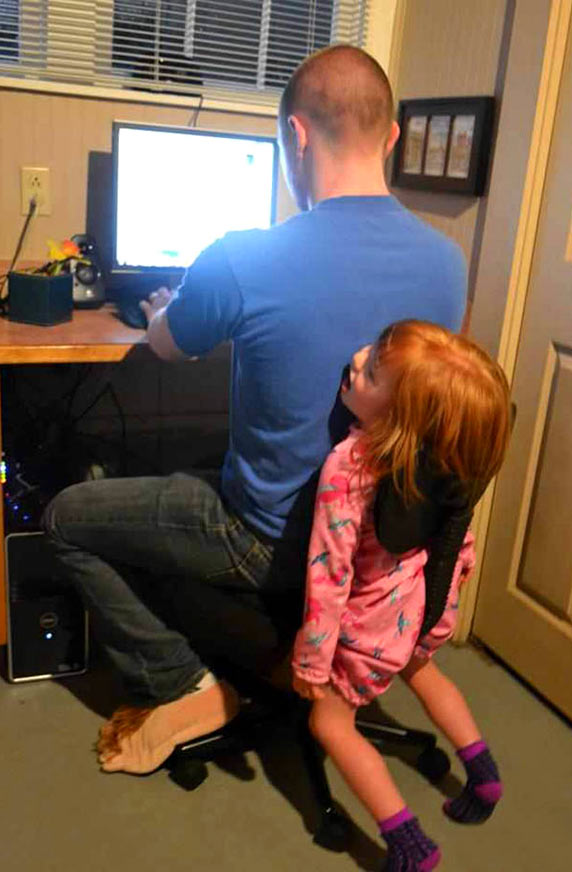 папа с дочкой у компьютера