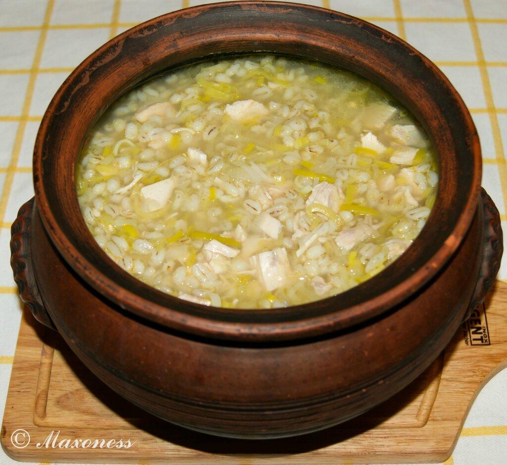Суп из индейки в горшочке с перловой крупой и луком-пореем