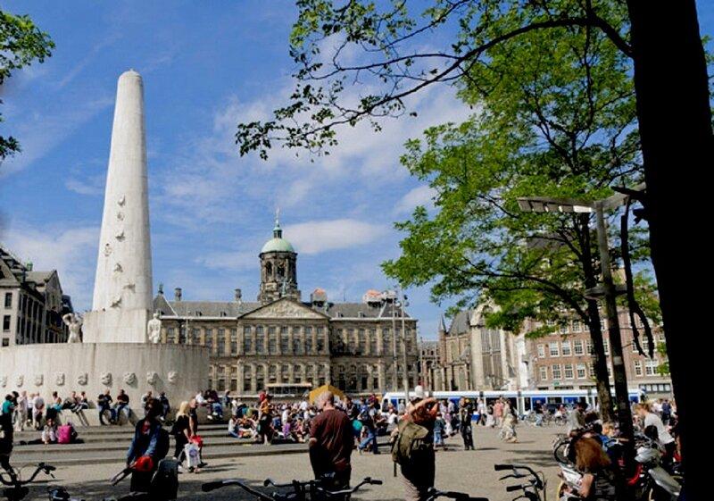 Вид на монумент и дворец.