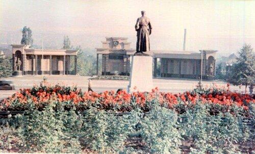 памятник ворошилову в луганске