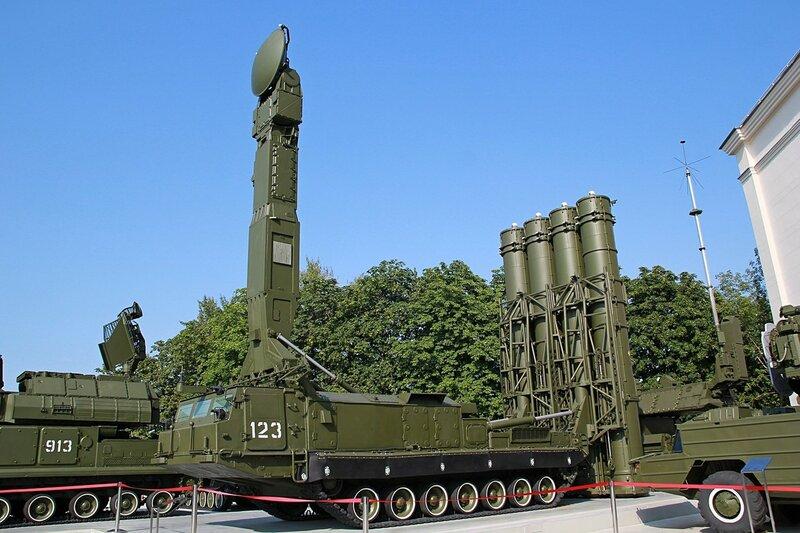 9А83 зенитная ракетная система С-300 (станция наведения ракет и пусковая установка) - Военная техника на ВДНХ