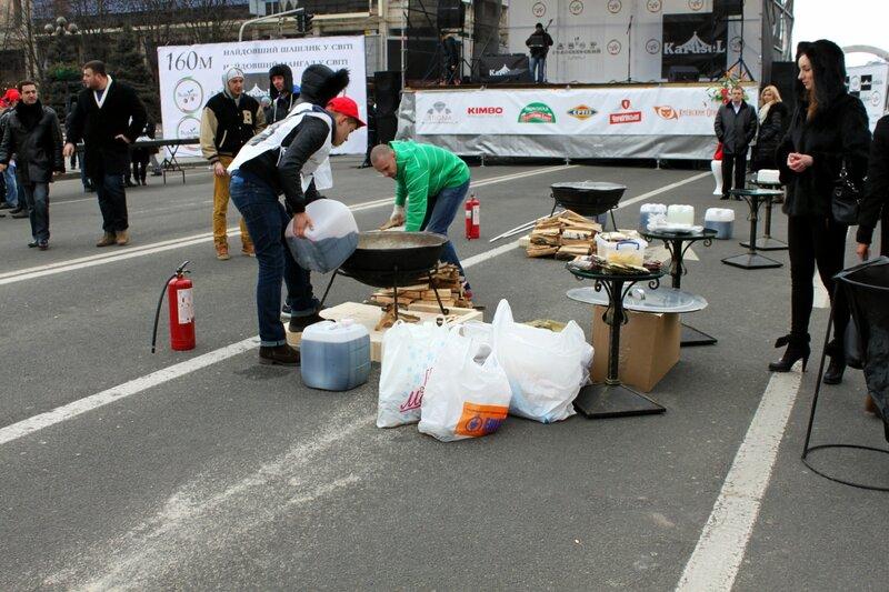 Подготовка к приготовлению глинтвейна на Майдане