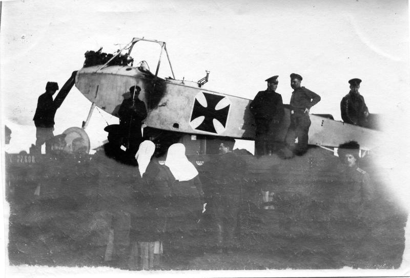 Немецкий самолет, захваченный в сентябре 1915 г. Вокруг него стоят военные и две женщины в белых головных уборах сестер милосердия. 1915.jpg