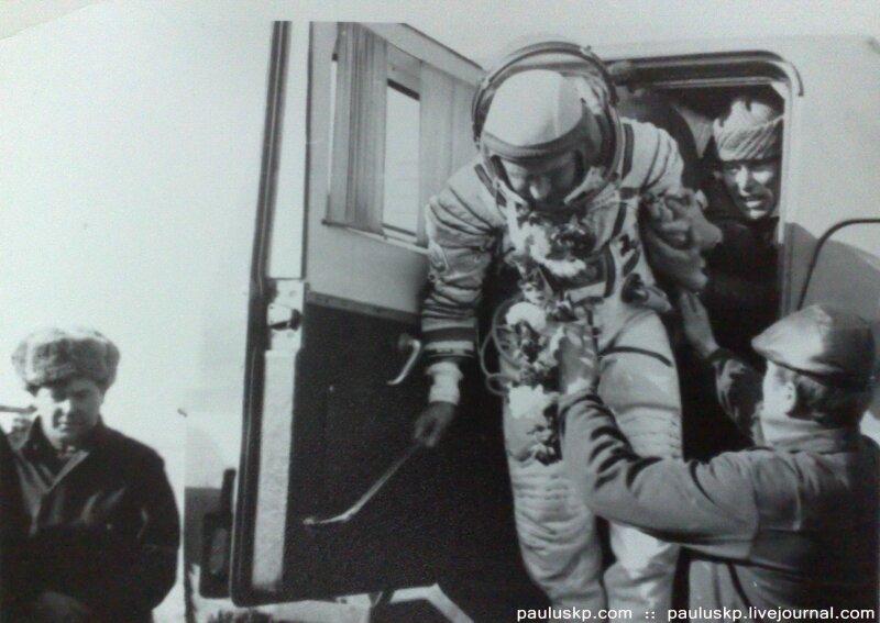 Любительские фотографии советских космонавтов после приземления 0_72158_4efa1a6f_XL