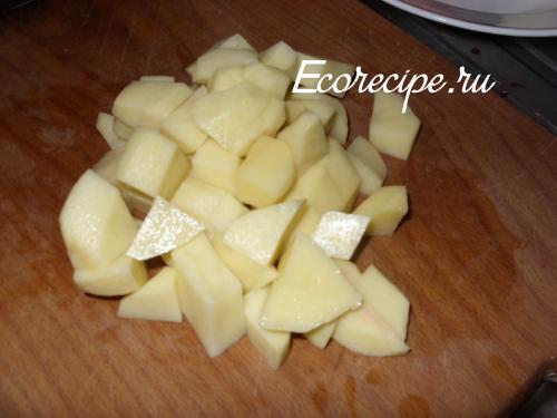 Картошка, нарезанная кубиками, для приготовления свекольника