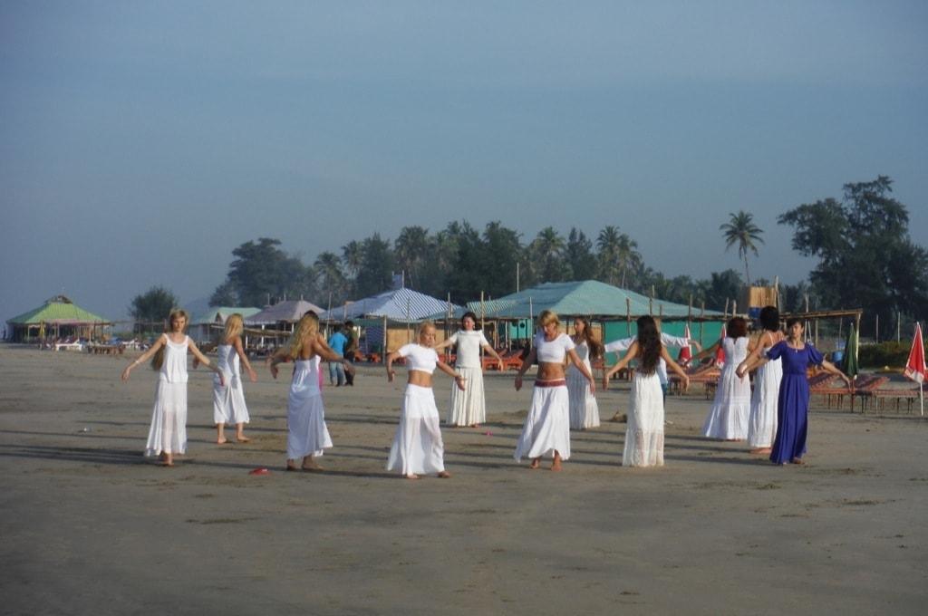 Храмовый танец мандалы на пляже Арамболь