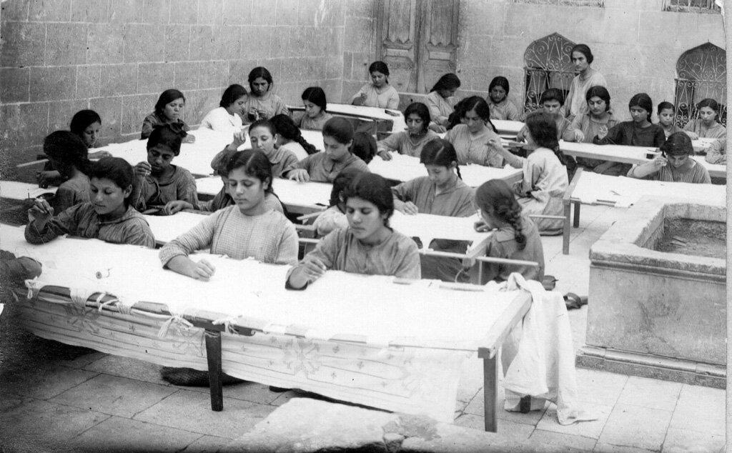 Вышивальщицы в армянском детском доме Алеппо (сначала под руководством преподобного Аарона Шираджяна, а затем Адера Левоняна) в 1923 году.