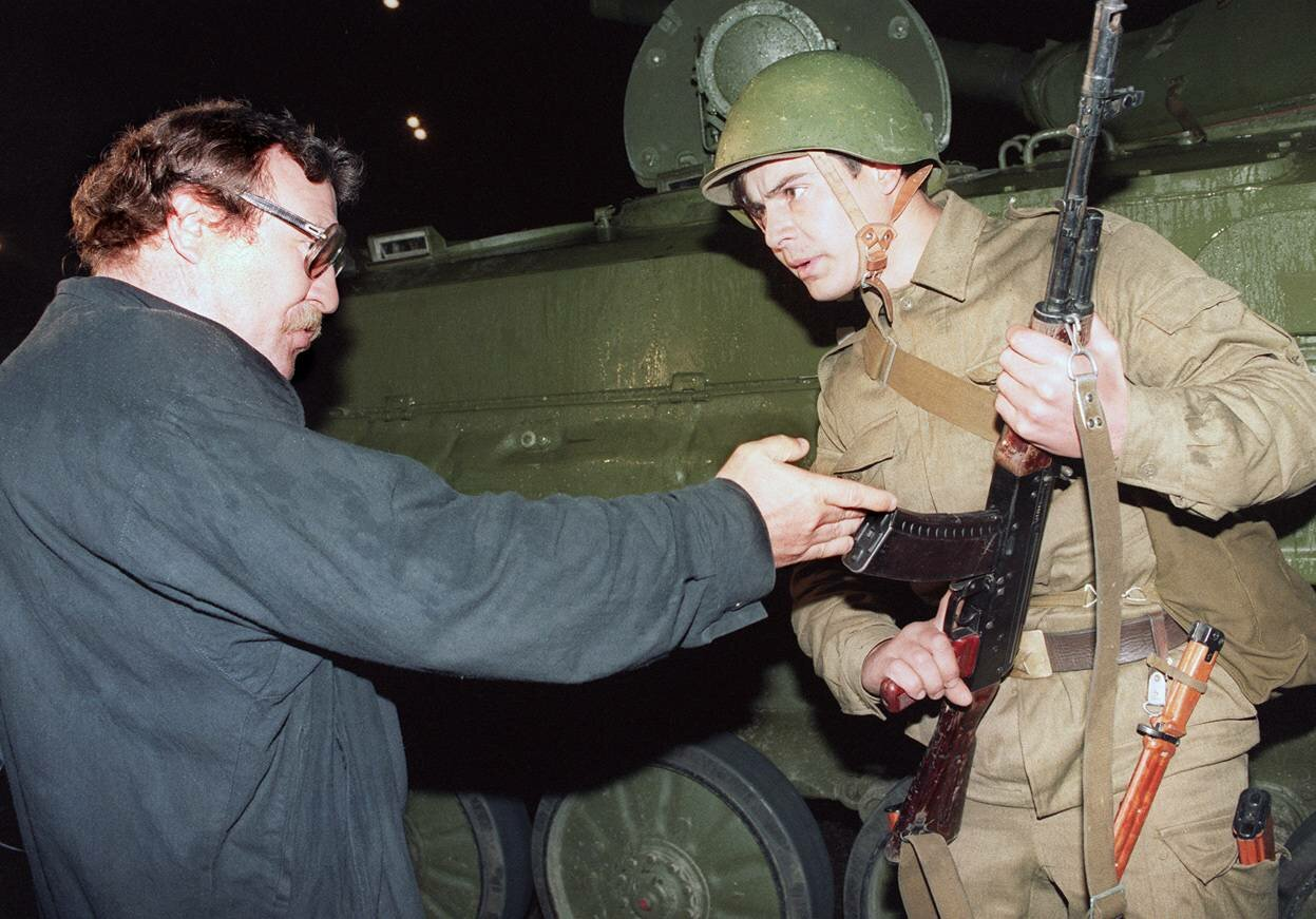 20 августа 1991. Демонстрант спорит с солдатом после того как танки заблокировали доступ к центру Москвы
